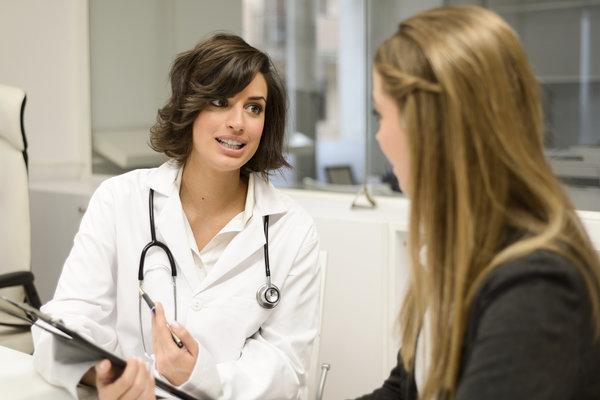 doctor-explaining-diagnosis